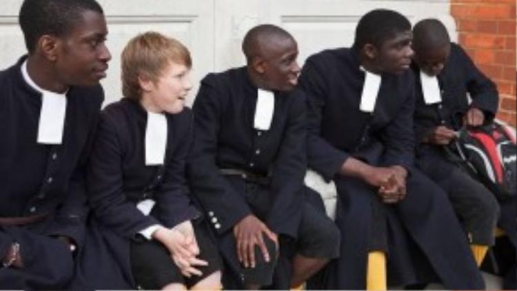 Đồng phục học sinh phía Đông thành phố Sussex, Anh dành cho nam.