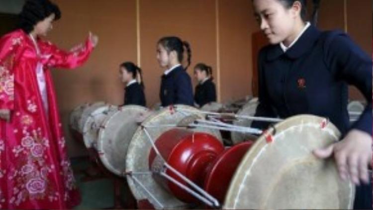 Đồng phục học sinh Bắc Triều Tiên khá kín đáo. Ngoài ra, tất cả nữ sinh tại đây đều bắt buộc tết tóc đuôi ngựa khi đến trường.