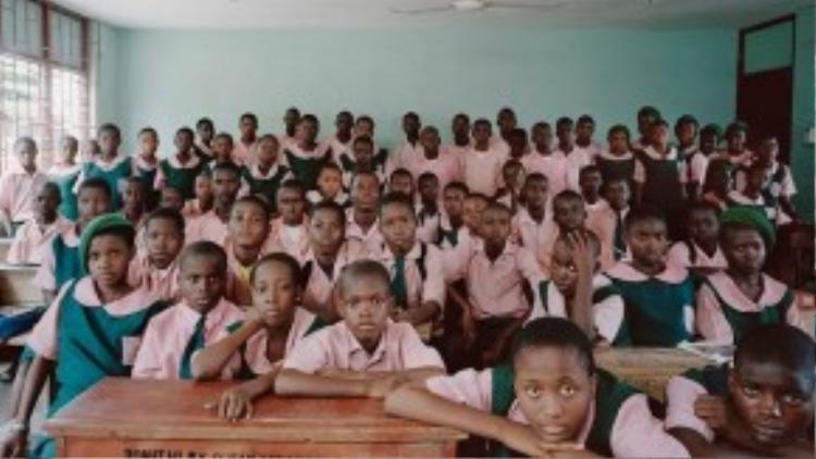 Sắc hồng nổi bật trong bộ đồng phục của trẻ em đất nước Nigeria.