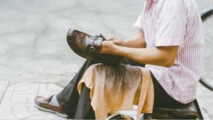 Trong những lúc khó khăn nhất trong cuộc sống, anh Vương đã bén duyên với nghề đành giày.