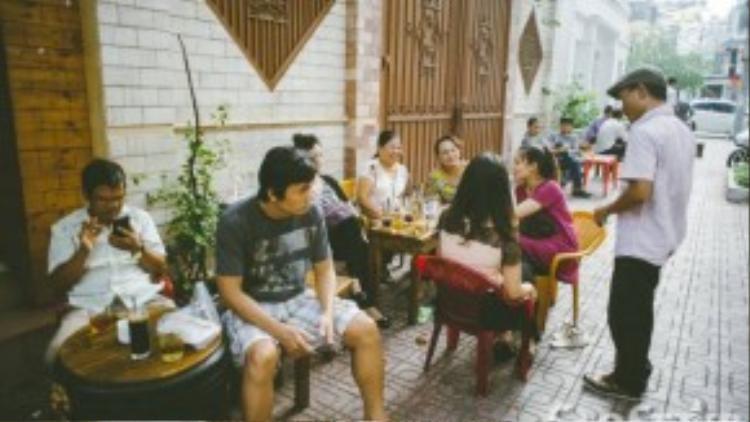 Vừa để thỏa đam mê vừa để kiếm thêm thu nhập cho cuộc sống, anh Vương đã gắn bó với công việc đánh giày đã gần 10 năm.