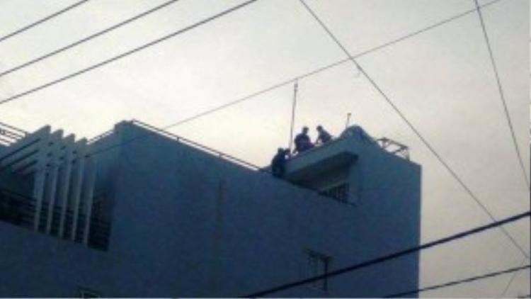 Khu vực bồn nước bị rơi được lắp đặt trên ngôi nhà 4 tầng. Ảnh: T.N.