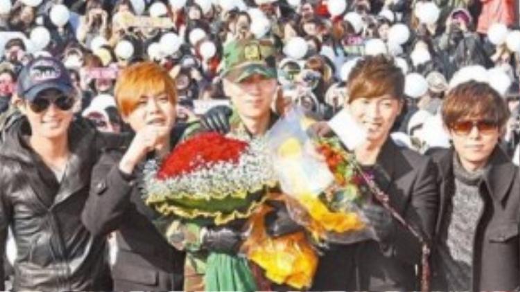 Các thành viên của H.O.T tới chung vui cùng ngày xuất ngũ của em út Lee Jae Won vào năm 2011. Đây là lần đầu tiên cả 5 người hội ngộ sau 10 năm tan rã. Hàng nghìn người hâm mộ vẫn trung thành với H.O.T, họ đến từ sớm để được gặp lại 5 hoàng tử Kpop ngày nào. Sau khi rời nhóm nhạc, mỗi người chọn con đường phát triển riêng. Nhưng một thực tế phải thừa nhận đó là, họ không thành công như thời còn là một mẩu của H.O.T.