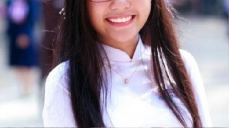 Cô nữ sinh Trần Đại Nghĩa điệu đà hơn khi đội hẳn vòng hoa lên đầu và selfie cùng bạn bè.