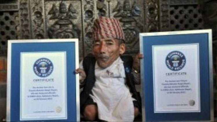 Ngoài danh hiệu người đàn ông thấp nhất, ông Dangi cũng giành danh hiệu người trưởng thành thấp nhất thế giới.