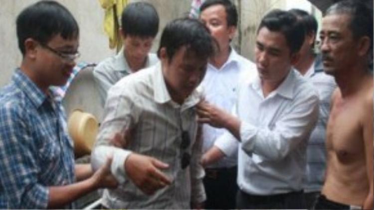 Anh Phạm Ngọc Hải đau đớn gần như ngã khụy trước sự ra đi của đứa con gái bé bỏng - Ảnh: Đức Phú
