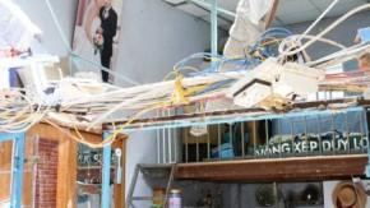 Căn phòng tan hoang của vợ chồng chị Ly sau khi bị bồn nước hơn 1 tấn rơi trúng - Ảnh: Yến Trinh