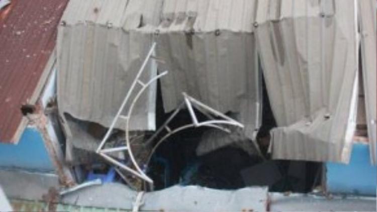 Hiện trường vụ bồn nước từ tầng 4 rơi trúng dãy phòng trọ - Ảnh: Đức Phú