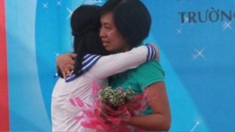 Hai mẹ con em Hà Thị Phương Linh ôm nhau khóc.
