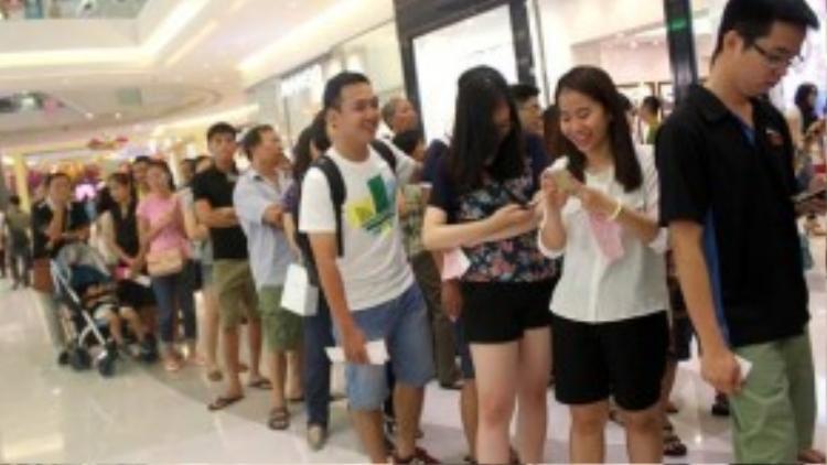 Đến 21h, tại khu vực sảnh chính, dòng người nối nhau xếp hàng dài đến tận cửa để tham gia chương trình rút thăm trúng thưởng sau khung giờ mua hàng đầu tiên.