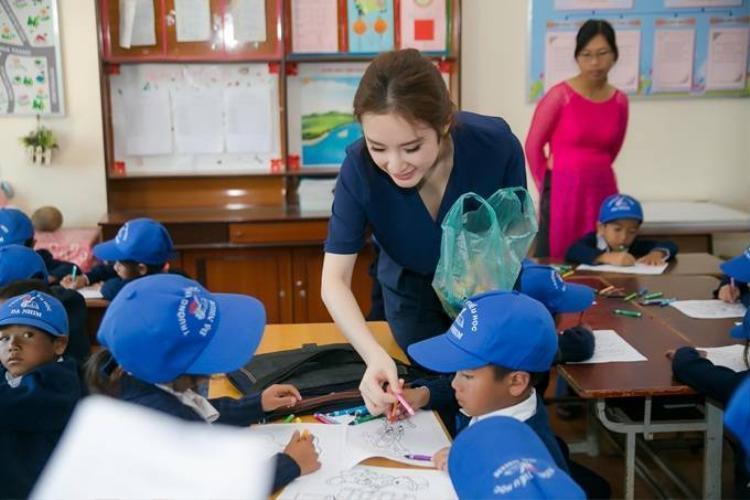 Angela Phương Trinh té nhào khi chơi keo co cùng học sinh miền núi