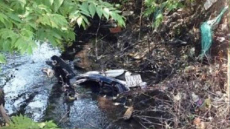 Xe máy của 3 thanh niên nằm dưới mương nước, hư hỏng nặng. Ảnh: T.D.