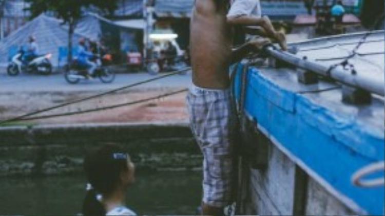 Gia đình người con trai út đang sinh sống trên thuyền của ông bà Khôn.
