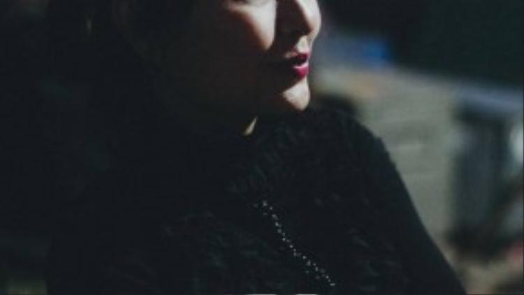 """NSƯT Lưu Thị Kim Liêu (46 tuổi) tâm sự: """"Trước đây cô làm nghệ sĩ uốn dẻo, nhưng bây giờ chuyển sang bộ môn ảo thuật. Làm diễn viên xiếc vất vả lắm, cô không dám hướng con cô theo nghề, đời mẹ đam mê là đủ rồi""""."""