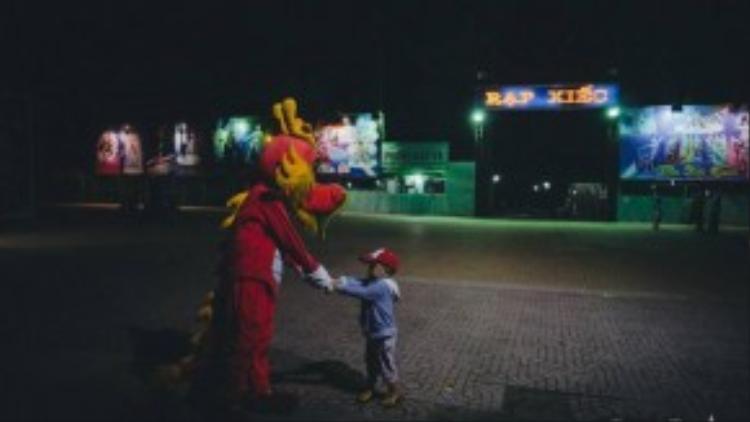 Các em nhỏ rất thích thú các buổi biểu diễn xiếc và cũng là đối tượng khán giả chính của sân khấu xiếc.