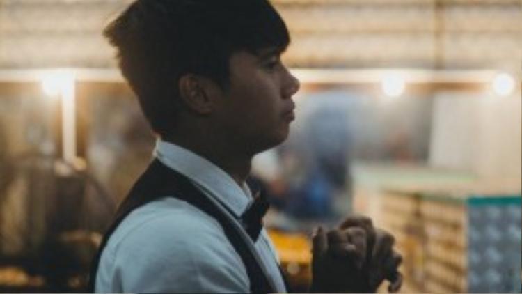 """Nghệ sĩ trẻ Đỗ Anh Quý (23 Tuổi) trước đây học xiếc tại trường trung cấp xiếc Việt Nam ngoài Hà nội, sau khi tốt nghiệp Anh Quý vào TPHCM lập nghiệp và theo đoàn được 7 năm. Quý cho biết: """"Vì là lương nhà nước nên rất ít ỏi, người nghệ sĩ phải tự kiếm những công việc bên ngoài như biểu diễn trong các chương trình tạp kỹ tại các tụ điểm khác. Nghề khắc nghiệt từ khâu tuyển chọn, đến khi hành nghề và đào thải. Thế nhưng em vẫn đeo đuổi nó. Sau này hết tuổi nghề em sẽ học thêm sư phạm để xin đi dạy""""."""
