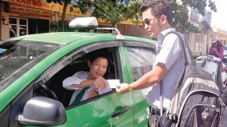 Hành khánh đang mong đợi taxi giảm giá cước. - Ảnh: Tạ Tôn