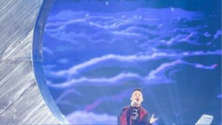 Ca sĩ Tùng Dương biểu diễn trong chương trình.