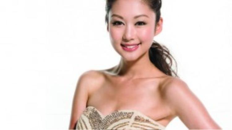 Sinh năm 1984, nữ diễn viên mang quốc tịch Canada với hai tấmbằng cử nhân ngành thiết kế thời trang và quản trị marketing. Nổilên từ danh hiệu Hoa hậu Hoa Kiều Vancouver (Canada) 2009 vàHoa hậu Quốc tế Trung Hoa 2010.