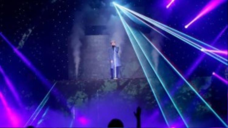 Sân khấu của tiết mục này được thiết kế đơn giản nhưng sang trọng, làm tôn lên được phần hát của Sơn Tùng.