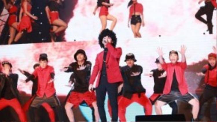 Sơn Tùng M-TP có tạo hình nổi bật với mái tóc xù cùng trang phục màu đỏ rực rở, phù hợp với màu sắc của sân khấu.