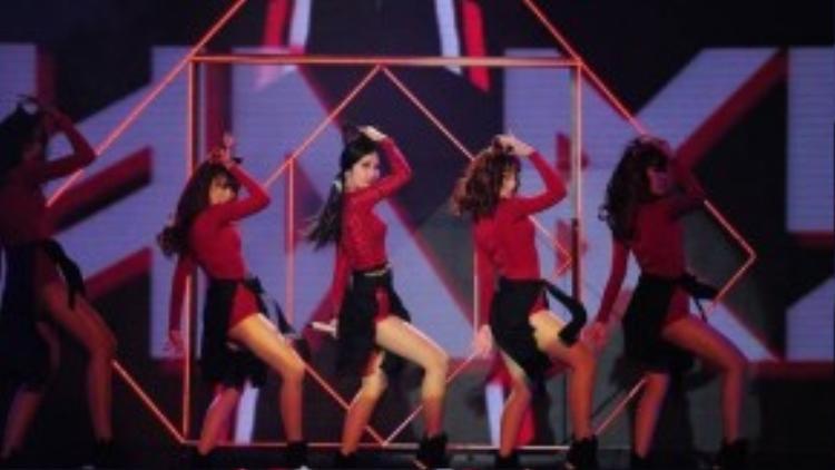 Các đường góc cạnh trên sân khấu có tác dụng làm tôn lên vẻ đẹp hình thể của Đông Nhi cùng các vũ công.