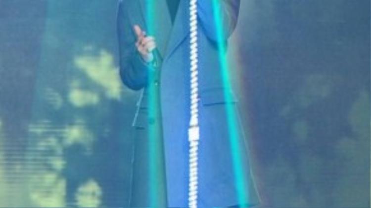 Trong khi đó, phong cách trình diễn và trang phục của Sơn Tùng đậm chất kpop, phong cách mà hiện nay đang được giới trẻ rất yêu thích.