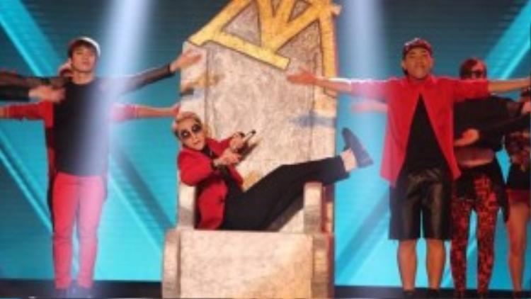 """Sơn Tùng còn mang cả chiếc ghế """"ông hoàng"""" lên sân khấu The Remix."""