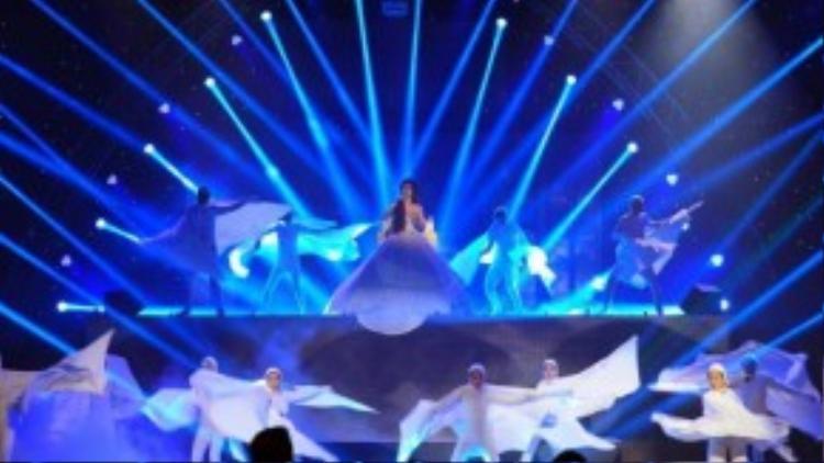 """Màn trình diễn của Đông Nhi được thiết kế sân khấu vừa bay bổng vừa ma mị khiến nhiều người xem phải """"nổi da gà""""."""