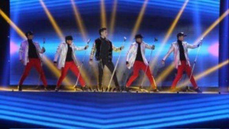 Sân khấu The Remix trong tiết mục này mang phong cách rất Tây và trẻ trung, phù hợp với ca khúc mà Isaac biểu diễn.