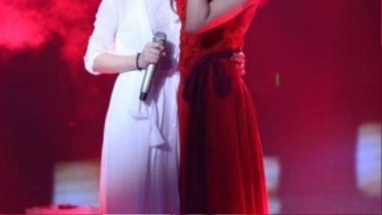 Tông màu đỏ với hiệu ứng khói tạo cảm giác liêu trai bao trùm trên sân khấu của The Remix