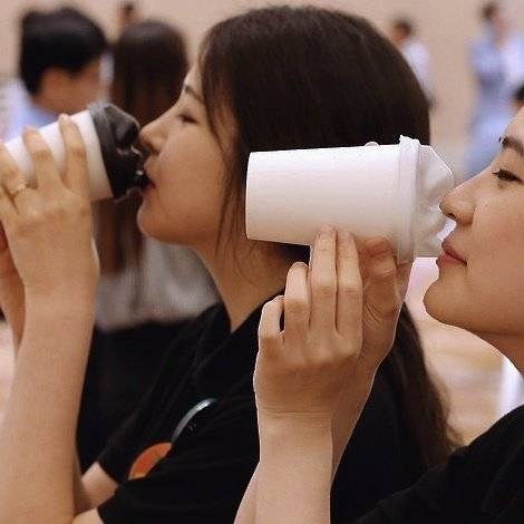 Hàn Quốc bùng nổ trào lưu Café nụ hôn ngay trên đường phố