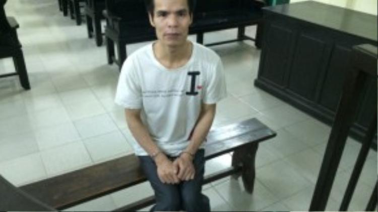 """""""Quỷ râu xanh"""" Hoàng Văn Lan khi bị bắt giữ và đưa ra xét xử vì các hành vi xâm hại lạm dụng tình dục trẻ em nam."""