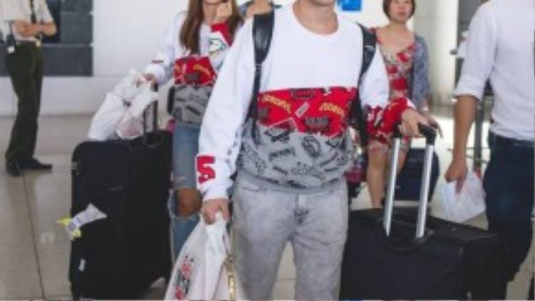 Sáng sớm nay (7/9), cặp đôi Ông Cao Thắng và Đông Nhi đã đáp chuyến bay trở về từ chuyến đi lưu diễn 4 ngày tại Nga.