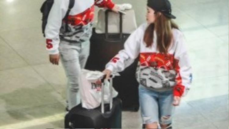 Sau khi đợi nhận đủ hành lý, cặp đôi ra xe đã được chờ sẵn về nhà.