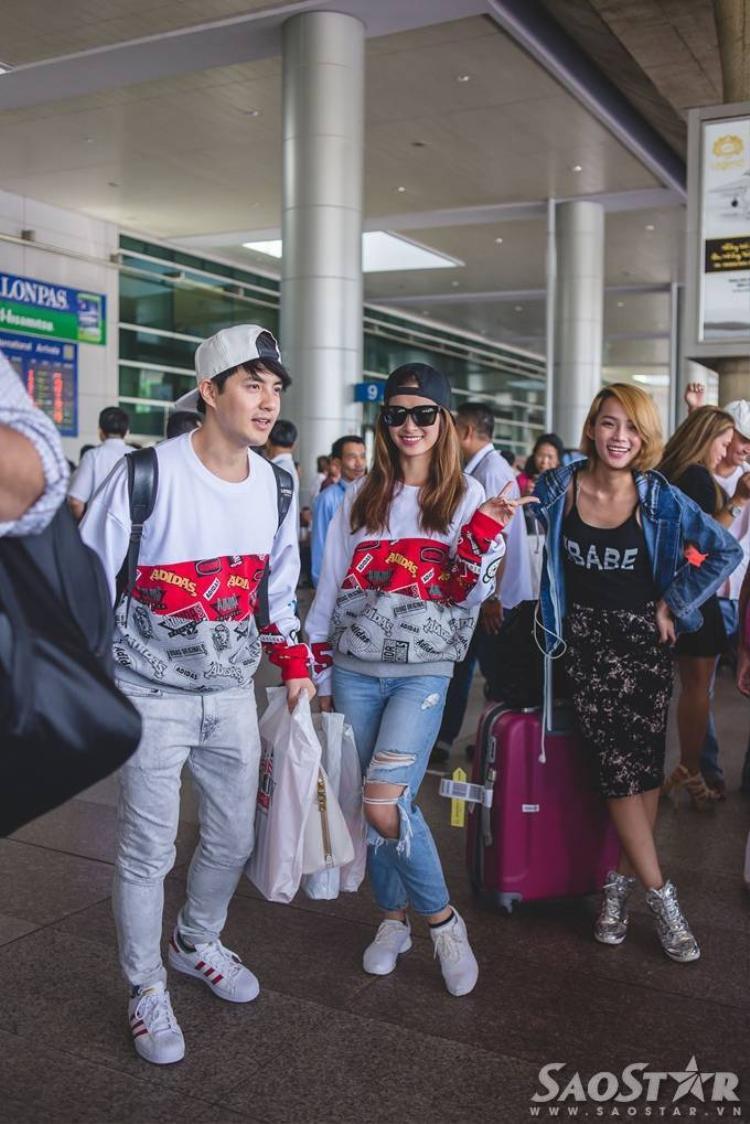 Đông Nhi  Ông Cao Thắng diện đồ đôi cực chất tại sân bay