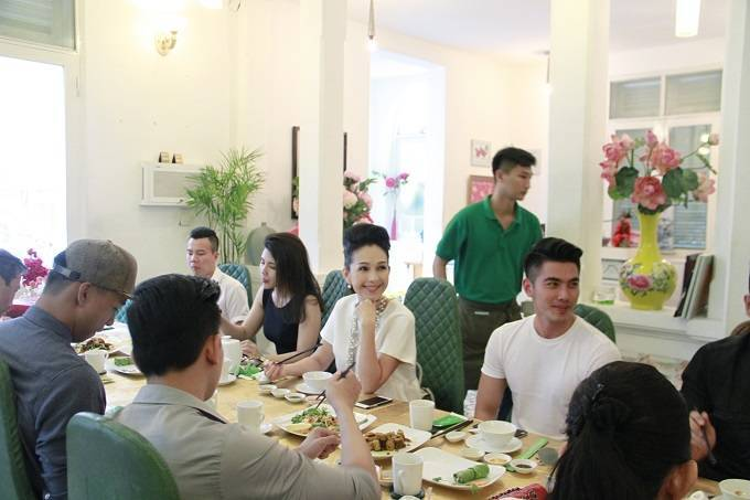 Diễm My đón Trung thu sớm cùng đàn em người mẫu