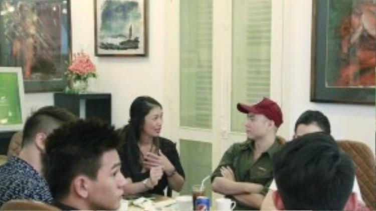Đỗ Mạnh Cường trò chuyện với người đẹp, diễn viên Bích Dung - chủ nhà hàng thức ăn sạch Oragnic. Bích Dung từng gây ấn tượng với chiều cao 1m74 và lọt top 10 thí sinh đẹp nhất cuộc thi Hoa hậu báo Tiền Phong 1996.