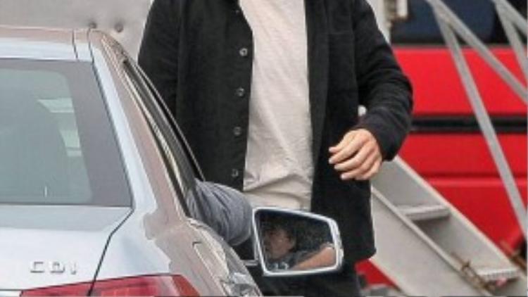 Cuối tuần qua, cánh săn ảnh bám theo Robert Pattinson trên phim trường bộ phim mới The Lost City Of Z ở Trung tâm học viện hoàng gia Belfast, Bắc Ireland. Tài tử người Anh xuất hiện với bộ râu ria xồm xoàm che phủ gần hết phần cằm, mái tóc được chải ngược.