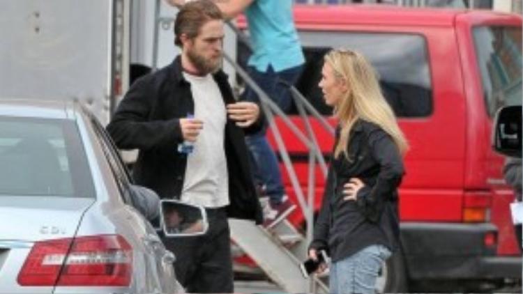 Robert trò chuyện với một nhân viên trong ê-kíp. Việc đóng phim ở xa khiến mối quan hệ của anh và bạn gái FKA twigs bị ảnh hưởng, kế hoạch đám cưới đã bị hoãn. Có tin đồn cặp đôi hủy hôn ước nhưng nhiều nguồn tin phủ nhận và cho biết, Robert và FKA twigs vẫn dành tình cảm cho nhau.