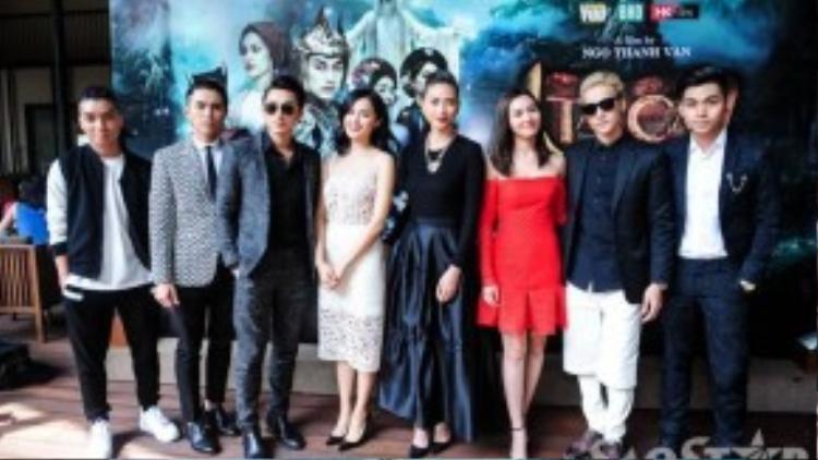 Dàn diễn viên Tấm Cám: Chuyện chưa kể tranh thủ cùng nhau lưu lại khoảnh khắc đáng nhớ trước khi bay ra Ninh Bình để thực hiện các cảnh quay đầu tiên.