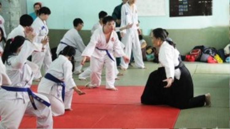 Cô kiên nhẫn chỉ dạy từng thế võ cho các học viên của mình.