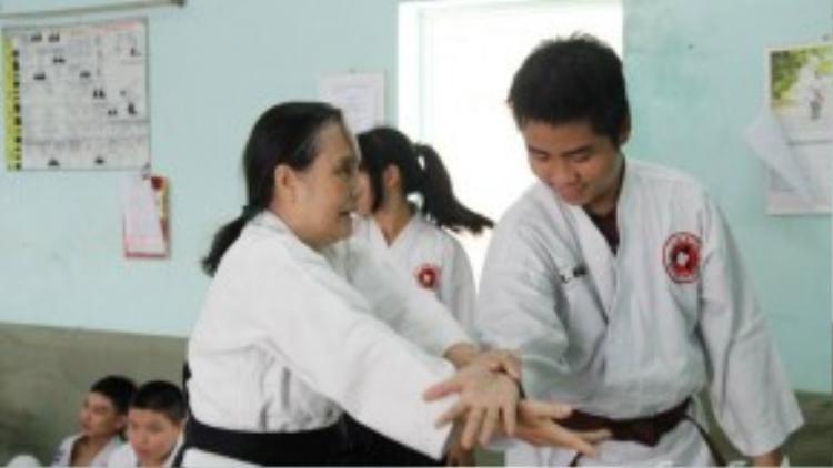 Cô đã kiên trì dạy từng động tác cho các học viên khuyết tật.