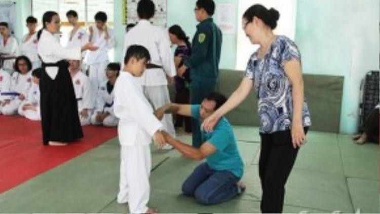 Nhiều phụ huynh cũng tình nguyện đến lớp để giúp cô.