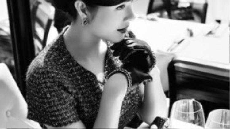 Lấy bối cảnh ở nước Pháp hiện đại nhưng khi thưởng thức qua những shoot hình của nữ diễn viên Kiều nữ và đại gia, người xem vẫn cảm nhận được nét cổ kính rất riêng qua từng quán cà phê, góc phố.