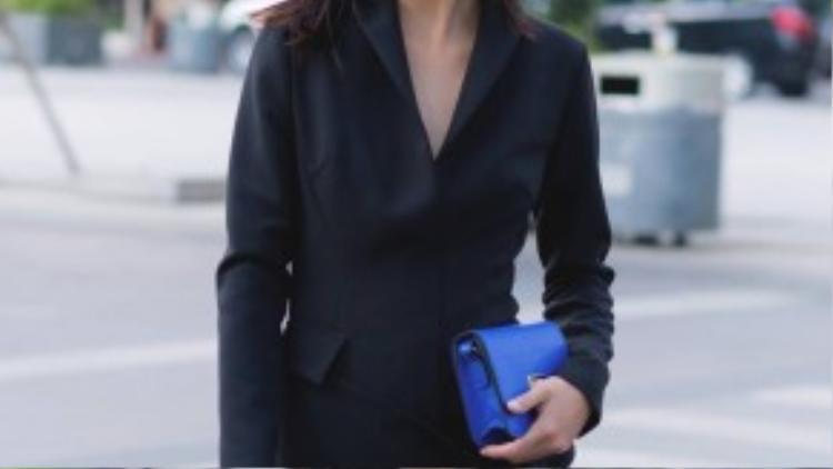 Cô chọn tông màu đen cho trang phục dạo phố của mình. Điểm nhấn là những phụ kiện màu xanh colbat bắt mắt như ví cầm tay, kính râm, giày cao gótđể tạo sự ăn ý với trang phục của cô bạn mình.
