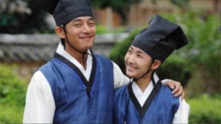 Tại đây, với sự thông minh và cá tính mạnh mẽ của mình, Yoon-hee nhanh chóng kết thân với Lee Seon-jeon (Micky Yoochun), Goo Yong-ha (Song Joong-ki) và Moon Jae-sin (Yoo Ah-in) tạo thành bộ tứ tài hoa, cực kì nổi tiếng trong trường.
