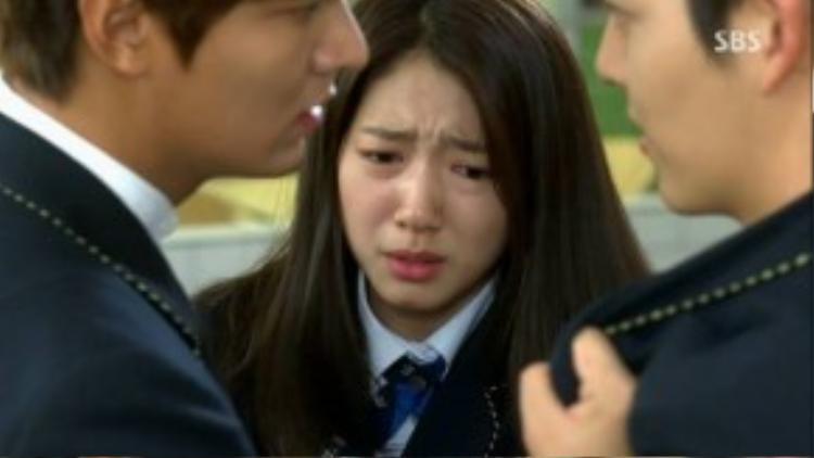 """Tuy nhiên, sự xuất hiện của Choi Young Do (Kim Woo Bin) và Park Shin Hye (Cha Eun Sang) đã đẩy Kim Tan vào mối quan hệ tay ba vô cùng phức tạp. Bộ phimcòn thổi bùng trao lưu """"nam thứ đáng yêu"""" khi xây dựng hình tượng Kim Woo Bin """"một 9 một 10"""" với Kim Tan."""