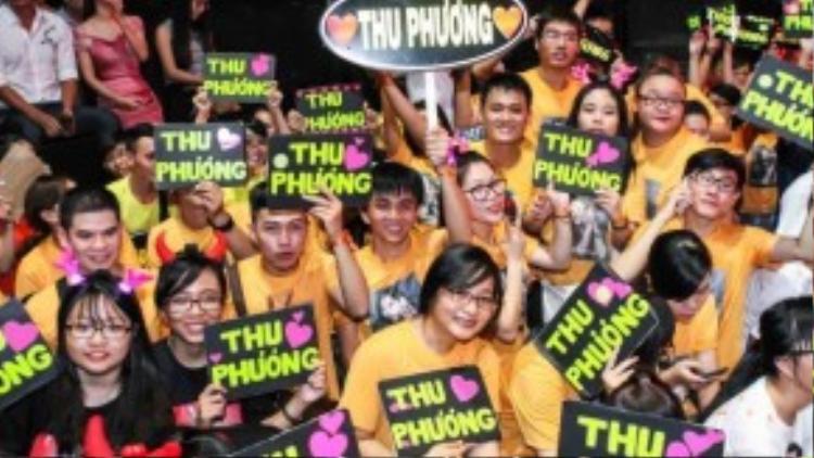 Năm nay, fan Thu Phương đã chọn cho mình sắc áo màu cam khá nổi bật. Các fan luôn cổ vũ hết mình cho tất cả các thí sinh trong team Thu Phương.