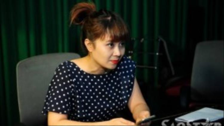 Lưu Thiên Hương cũng khá chăm chú lắng nghe khi các bé hát.